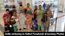 یک خانواده سیک در میدان هوایی بین المللی حامد کرزی