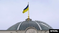 Ukraine -- Parliament cupola with flag, Kyiv, 06Jul2008