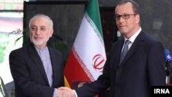 Виконувач обов'язків голови Міжнародного агентства з атомної енергії Корнел Феруце (ліворуч) зустрівся з главою Організації атомної енергії Ірану Алі Акбаром Салехі в Тегерані 8 вересня