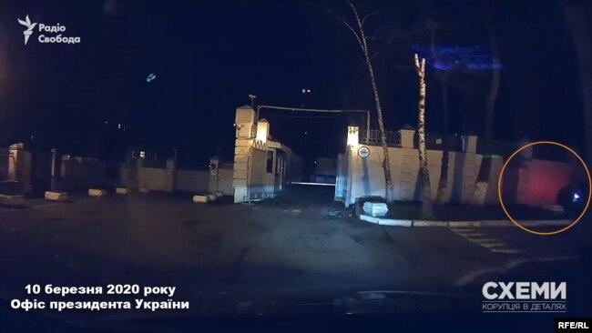 10 березня журналісти помітили, що в дворі біля бокових воріт в ОП знову чекає авто, яким користується депутат Тищенко