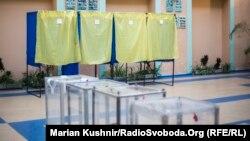 Одна з виборчих дільниць у Києві, 15 листопада 2015 року