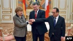 Анґела Меркель і Франсуа Олланд (п) на зустрічі з президентом України Петром Порошенком у Києві, 5 лютого 2015 року