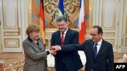Ukrainanyň, Germaniýanyň we Fransiýanyň ýolbaşçylary P.Poroşenko (o), A.Merkel (ç) we F.Hollande (s), Kiýew, 5-nji fewral, 2015.