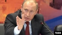 Russia -- prime minister Vladimir Putin holds a meeting on the development of Russia's iron industry in Nizhny Novgorod, 24Jul2008