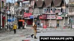 Співробітники служби безпеки патрулює вулиці столиці Кашміру Срінагару, 19 серпня 2019 року