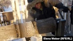 Житель Темиртау набирает питьевую воду из колодца. 20 декабря 2012 года.