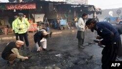 Pakistanyň howpsuzlyk güýçleri bombaly hüjümiň bolan ýerinde barlag geçirýärler, Peşawar, 19-njy ýanwar, 2016