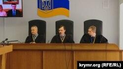 Суд ухвалив «забезпечити явку безкоштовного адвоката безперервно на засідання, незалежно від того, як поводитимуться адвокати Януковича»