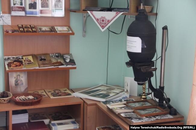Апарат для фотографій. Куточок кімнати-музею Величковського