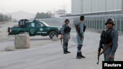 """Кабулда """"Талибан"""" содырлары шабуыл жасаған аумақта жүрген ауған қауіпсіздік күштері. Ауғанстан, 1 тамыз 2016 жыл."""
