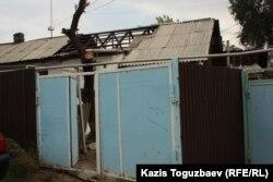 Часть дома (без шифера), в котором проживает семья Арона Атабека. Алматы, 29 сентября 2012 года.