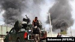 Афганские полицейские и сотрудники службы безопасности на месте теракта смертника в Кабуле. Иллюстративное фото.