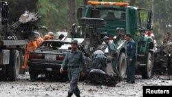 Афганські силовики оглядають місце вибуху в Кабулі, 3 травня 2017 року