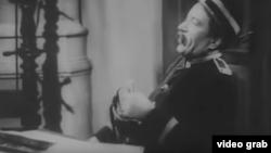 """Scenă din pelicula """"O noapte pierdută"""" după Caragiale, din 1943"""