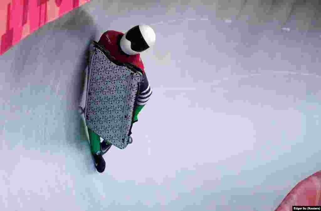 СимиделеАдеагбо из Нигерии на соревнованиях по санному спорту.