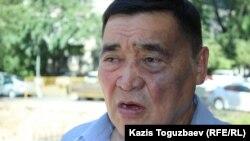 Құқық қорғаушы, журналист Рамазан Есіргепов Алматы қалалық сотының алдында тұр. 31 шілде 2017 жыл.