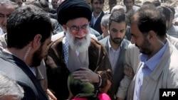 Иранда бийлик молдолордун колунда, сүрөттө Аятолла Хаменеи тургундар менен, август, 2012-жыл