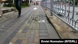 Филармониянын алдындагы чөгүп кеткен тротуар.
