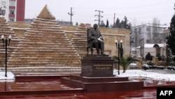 Ադրբեջան - Հոսնի Մուբարաքի հուշարձանը Բաքվի Խրդալան արվարձանում, 17-ը փետրվար, 2011թ.