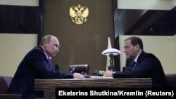 Vladimir Putin (solda) və Dmitry Medvedev