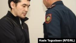 Подсудимого Саяна Хайрова привели в суд. Алматы, 16 октября 2013 года.