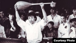 Мустафа Озтюрк поднимает домбру после мастер-класса во Дворце спорта имени Балуана Шолака. 1991 год.