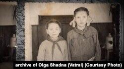 Ольга Шадна (Ватраль), праворуч, під час навчання у школі. Світлина початку 1950-х років