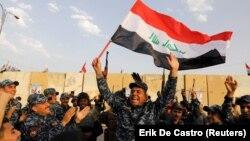 Ирак қауіпсіздік күштерінің сарбаздары ИМ тобының күйрегені туралы хабарға қуанып тұр. Мосул, 9 желтоқсан 2017 жыл.