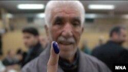 یک رایدهنده ایرانی در آخرین دوره انتخابات مجلس