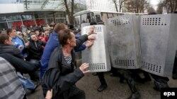 Зіткнення прросійських активістів з міліцією у Харкові, 8 квітня 2014 року