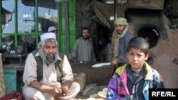 د پېښور جنوب لویدیځ پلو په جلوزو کې د افغان کډوالو یو پنډغالي کې د نانوي پلورنځۍ