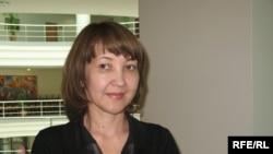 """Шолпан Хасенова, """"Нұрбанктың"""" жоғалған қызметкері Айбар Хасеновтың зайыбы. Астана, 4 маусым 2009 ж."""