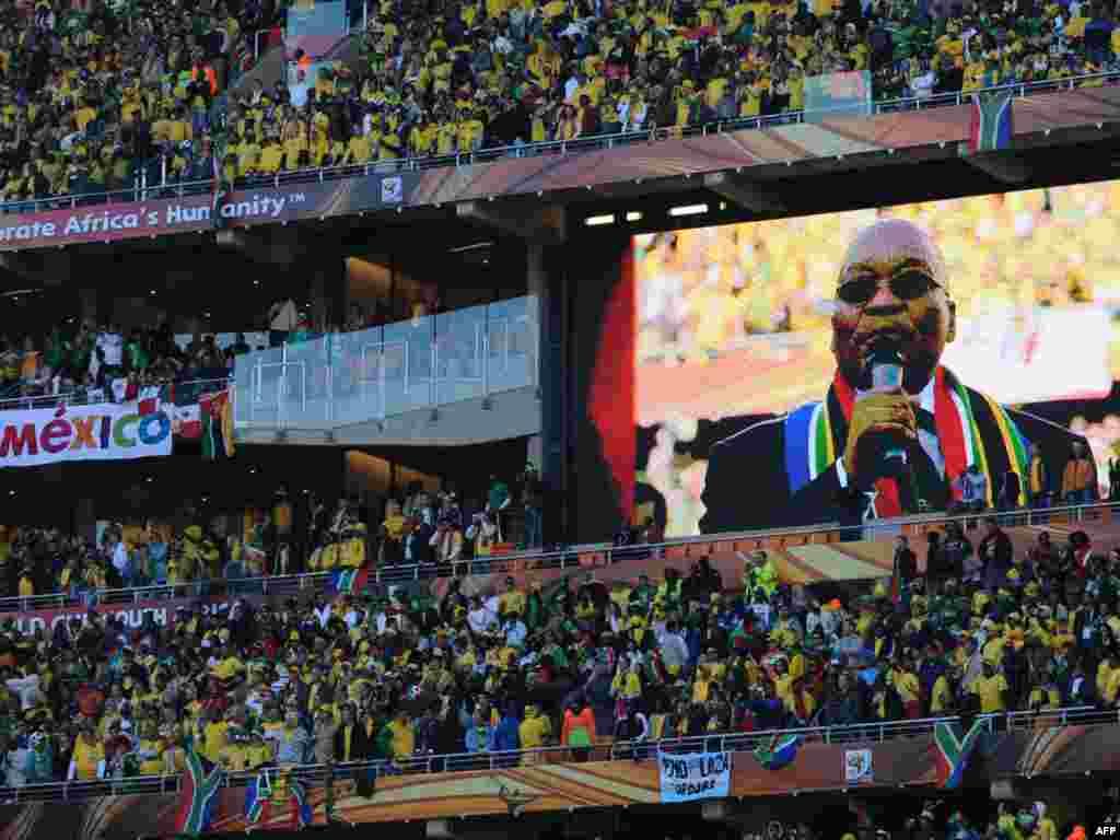 საზეიმო გახსნის ცერემონია იოჰანესბურგში. პრეზიდენტი ჯეიკობ ზუმა საფეხბურთო ზეიმს გახსნილად აცხადებს - 11 ივნისს სამხრეთ აფრიკის ქალაქ იოჰანესბურგში საზეიმოდ გაიხსნა მსოფლიოს მე-19 საფეხბურთო ჩემპიონატი. დედამიწის 32 საუკეთესო გუნდი ჩაება პლანეტის უმნიშვნელოვანეს სპორტულ პაექრობაში, რომლის გამარჯვებული ზუსტად ერთ თვეში - 11 ივლისს გამოვლინდება.