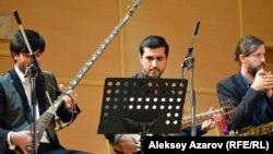 Исполнители на тамбуре Сардор Солиев (Таджикистан), афганском рубабе Хушбахт Ниёзов (Таджикистан) и саксофоне Дэвид Кроуэл (США). Алматы, 6 октября 2016 года.