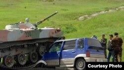 Сох анклавынан шығып бара жатқан өзбек әскери техникасы жол үстінде Қырғызстан азаматының көлігін басып кетіп, Қырғызстанның екі азаматы жарақат алды. Баткен, 2 маусым 2010 жыл.