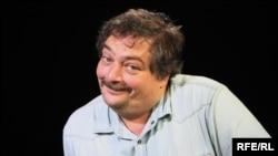 Журналист и писатель Дмитрий Быков, выпуская в 2013 году книгу-квест «Квартал», вряд ли представлял, что попытка самокопания в прошлом отзовется проблемами с целой нацией в настоящем.