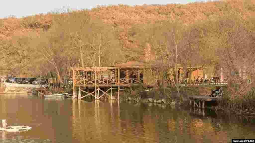 На пристроенной деревянной веранде охотничьего домика можно спокойно посидеть, попить кофе, чаю и полюбоваться окружающей природой