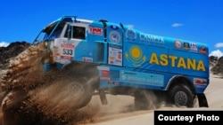 Astana Motorsports командасының көлігі 2015 жылғы Дакар жарысында (Сурет команданың баспасөз қызметінен алынды).