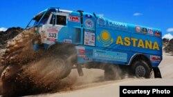 Грузовик казахстанской команды Astana Motorsports на трассе ралли «Дакар» в 2015 году.