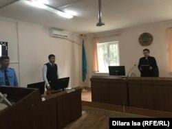 Судья Гульмира Рахимбаева (справа) и прокурор Ерсин Алтаев (слева) во время судебного процесса над Аидой Амангельды. Туркестанская область, 4 октября 2019 года.