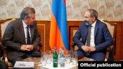Премьер-министр Армении Никол Пашинян (справа) принимает гендиректора итальянской компании «Ренко» Джованни Рубини, Ереван, 17 мая 2018 г.