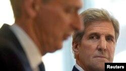 Britanski šef diplomatije Philp Hammond i američki državni sekretar John Kerry