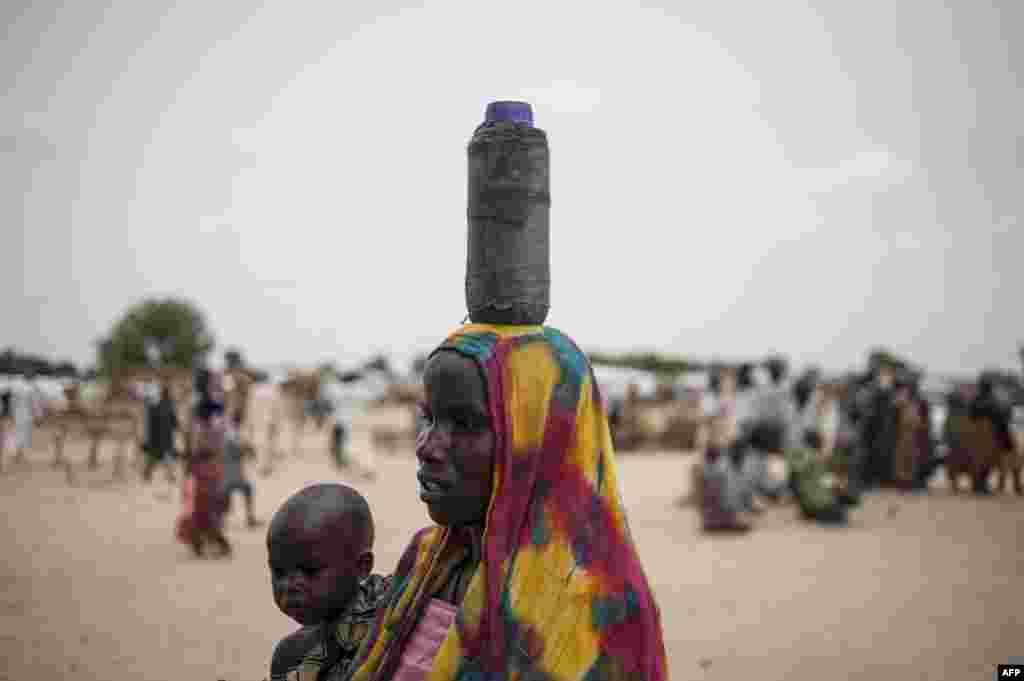 Мигрант из Африки Эта молодая женщина с ребенком из Западной Африки, как и тысячи других, надеется отправиться к берегам Европы, как только утихнут зимние штормы. ЕС наращивает финансовую помощь правительствам африканских стран, усиливает патрулирование Средиземного моря и готовит массовые высылки нелегальных мигрантов. С помощью похожей тактики Евросоюзу уже удалось резко снизить приток сирийцев в Грецию. Этой женщине следовало бы заново оценить соотношение рисков и выгод. Стоит ли пересекать Сахару и рисковать жизнью в открытом море, если тебя всё равно задержат и вышлют домой?