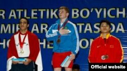 Ортада - алтын медаль алған Альберт Линдер. Ташкент, 11 сәуір 2013 жыл. (Сурет халықаралық ауыр атлетика федерациясының ресми сайтынан алынды)