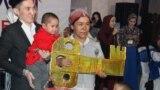 Многодетная мать Жайнагуль Бакытхан с символическим ключом в день передачи ее семье дома. Алматинская область, 8 февраля 2019 года.
