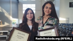 Оlena Loginova (l) and Anastasiya Ivantsova, winners in the U.S. Embassy-Ukrayinska Pravda Investigative Journalism Competition, 6 June 2015