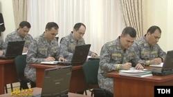 Члены Государственного совета безопасности Туркменистана коспектируют выступление президента. Кадр из репортажа гостелевидения.