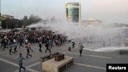 Полиция разгоняет «мирный марш»