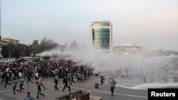 Полиция разгоняет «мирный марш» в пользу урегулирования конфликта между правительством и курдскими боевиками, проведение которого совпало со взрывами в Анкаре. 11 октября 2015 года.