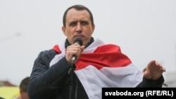 Павел Севярынец падчас збору подпісаў на Камароўцы ў Менску, 7 чэрвеня